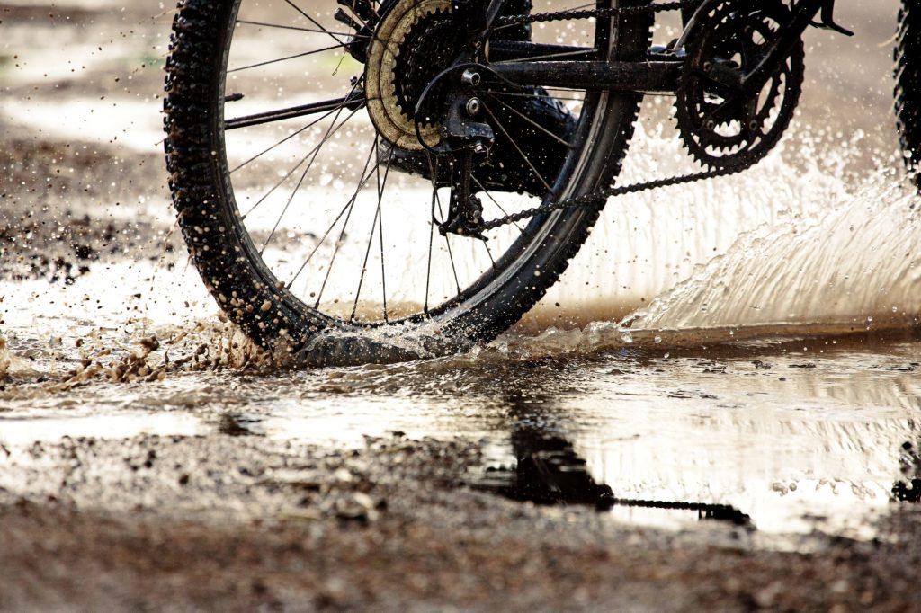 Rear wheel splashing through mud during winter riding